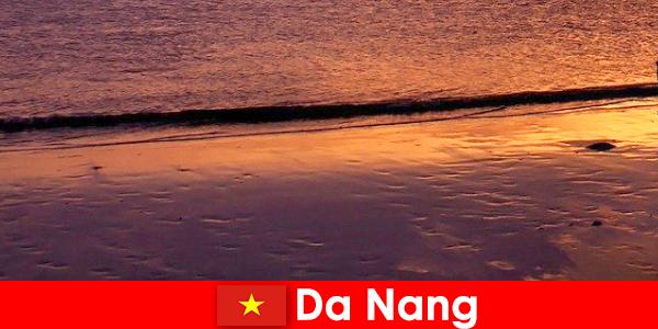 Da Nang es una ciudad costera en el centro de Vietnam y es popular por sus playas de arena.