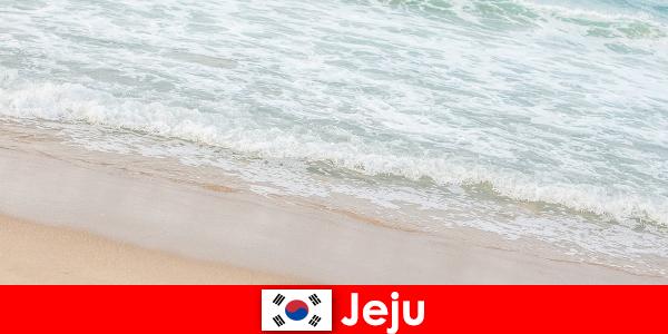 Jeju, con su arena fina y agua cristalina, es un lugar ideal para unas vacaciones familiares en la playa.