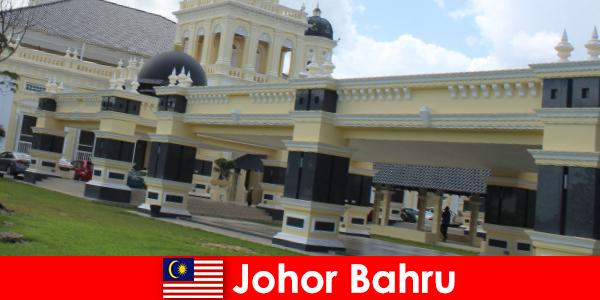 Johor Bahru, la ciudad en el puerto no solo atrae a los creyentes a la antigua mezquita sino también a los turistas.