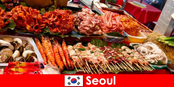 Seúl también es famosa entre los viajeros por su deliciosa y creativa comida callejera.