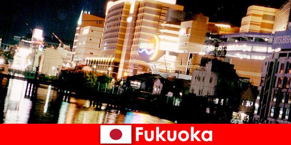 Las numerosas discotecas, clubes nocturnos o restaurantes de Fukuoka son un excelente lugar de encuentro para los vacacionistas